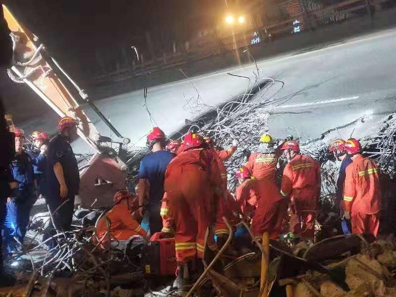 无锡高架桥侧翻事故致3死2伤 救援人员破拆桥体  桥梁两侧填土防二次倾倒